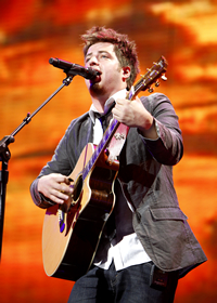 Book Lee DeWyze for your next corporate event, function, or private party.