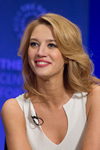 Book Yael Grobglas for your next event.